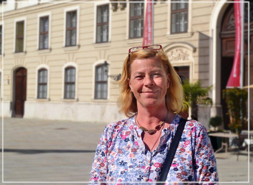 Foto von Lisa Pfersich vor dem Sisi Museum