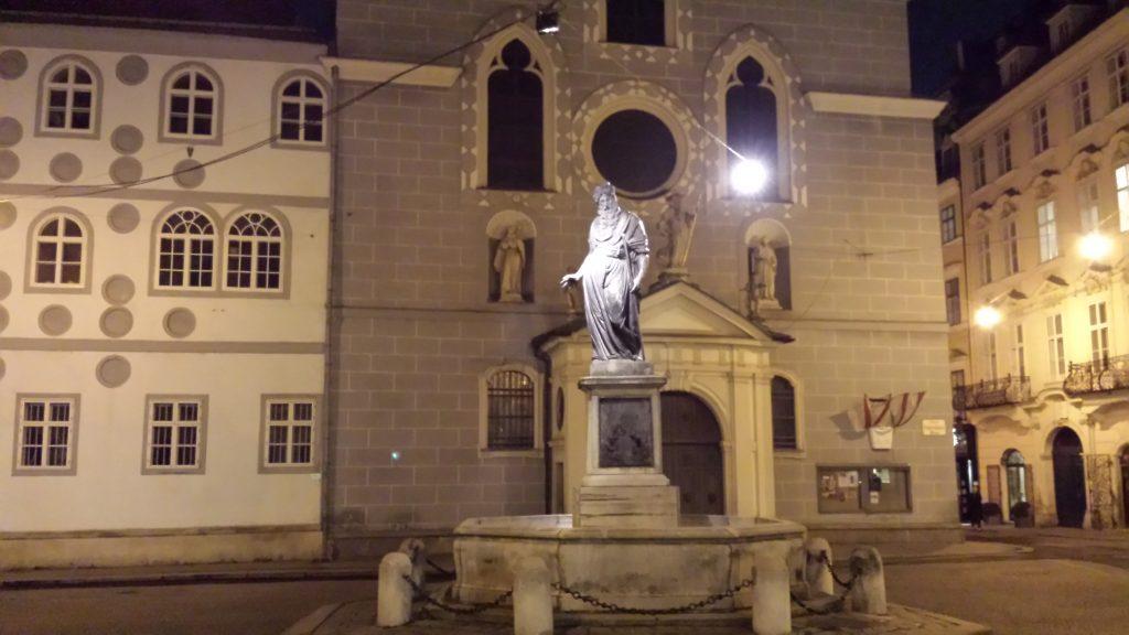 Franziskaner Kirche bei Nacht