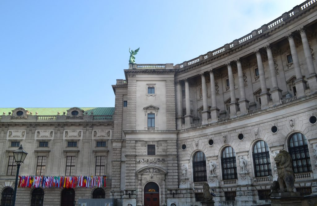 Hofburg mit vielen Flaggen