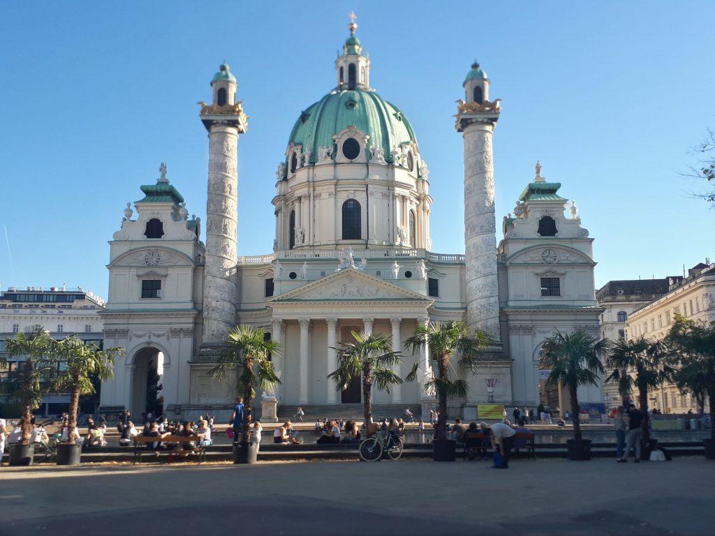 Karlskirche im Sommer