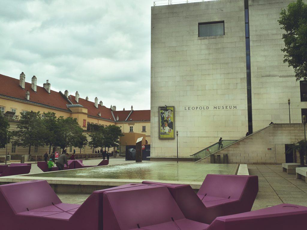 Lila Liegen vor dem Leopoldmuseum