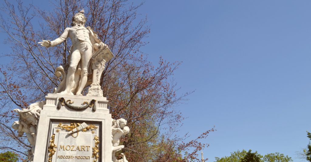 Mozartstatue mit Taube am Kopf